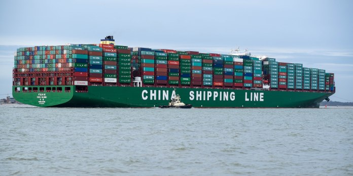 cscl_globe_arriving_at_felixstowe_united_kingdom